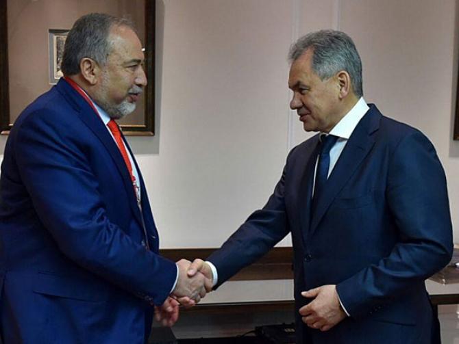 Ministrul israelian al Apărării, Avigdor Lieberman, și omologul său rus, Serghei Shoygu
