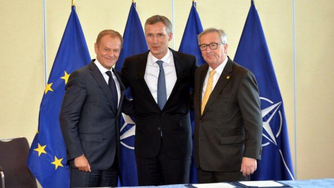 De la staga la dreapta: Președintele Consiliului European, Donald Tusk, secretarul general al NATO, Jens Stoltenberg si președintele Comisiei Europene, dl Jean-Claude Juncker