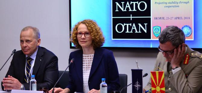 centru: Ministrul Apărării din Macedonia, Radmila Sekerinska