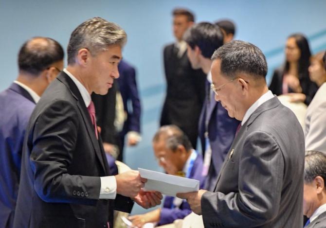 Ri Yong Ho (dreapta) ministrul de externe nord-coreean. foto: twitter