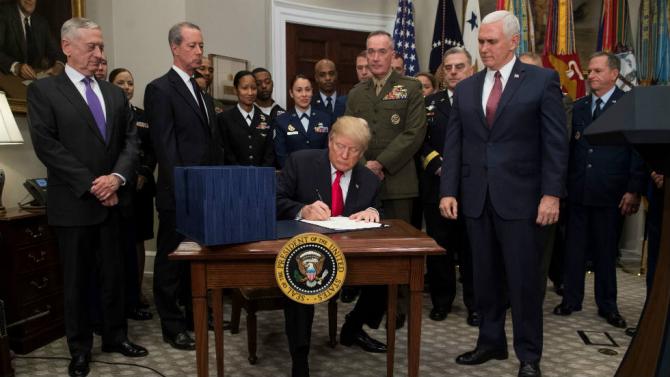Momentul în care preşedintele Donald Trump a promulgat bugetul apărării SUA pe 2019
