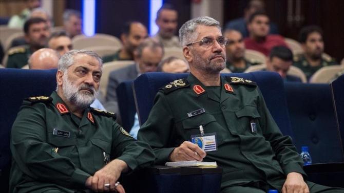 Purtătorul de cuvânt al forțelor armate iraniene, generalul de brigadă Abolfazl Shekarchi (stânga)