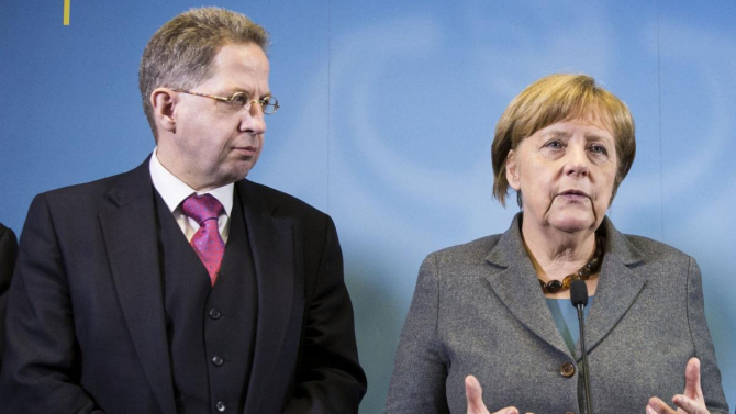 fostul şef al Biroul pentru protecţia Constituţiei (BfV), Hans-Georg Maassen şi cancelarul Germaniei, Angela Merkel