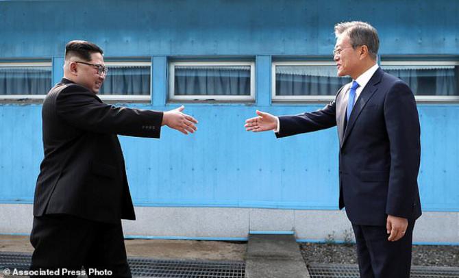 Liderul Coreei de Nord, Kim Jong Un și președintele Coreei de Sud, Moon Jae-in s-au întâlnit în zona demilitarizată la hotarul dintre cele două țări
