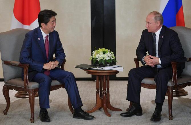 Premierul japonez Shinzo Abe şi preşedintele rus Vladimir Putin