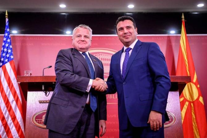 subsecretarul de stat american John Sullivan și premierul macedonean Zoran Zaev