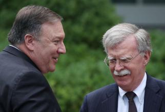 Secretarul de stat Mike Pompeo discută cu consilierul pentru securitatea națională, John Bolton