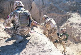 """Militari ai Batalionului 300 Infanterie Mecanizata """"Sf. Andrei"""", într-o misiune în Afganistan Sursă foto: MApN"""