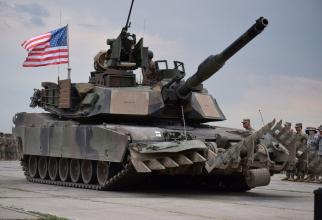 Tanc M1A2 Abrams, defilând sub steagul Statelor Unite ale Americii
