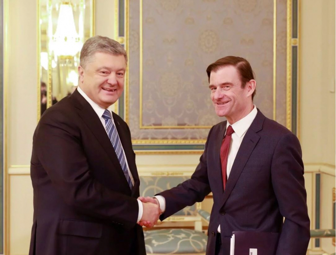 Petro Poroșenko, președintele Ucrainei, și Secretarul de stat adjunct american pentru afaceri politice, David Hale