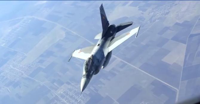 Un avion F-16 al României, în timpul misiunii de realimentare în zbor