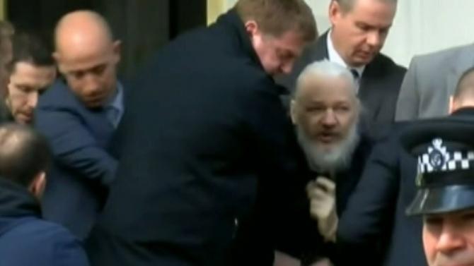 Captură YouTube - Momentul în care Julian Assange, cu părul lung și barbă, este arestat și scos din ambasada Ecuadorului la Londra, după ce a locuit acolo 7 ani