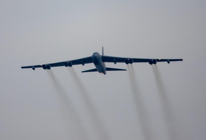 Un bombardier B-52 al SUA, într-o misiune de antrenament, deasupra României