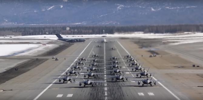 Avioane F-22 Raptor aliniate Elephant Walk, înainte de decolare