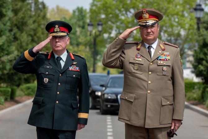 Generalul Nicolae Ciucă și generalul Jonathan H. Vance