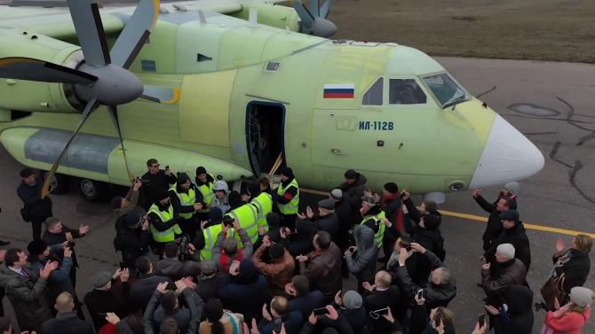 Rusia: Echipajul avionului Il-112V, la finalul zborului inaugural