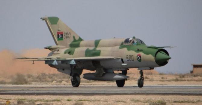 Un avion de vânătoare MiG-21, ce aparține Forțelor Aeriene Libiene