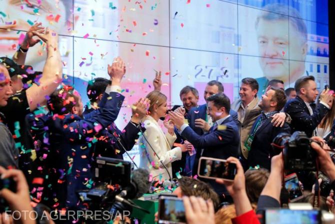 Volodimir Zelenski, președintele Ucrainei, sărbătorind împreună cu soția sa și cu echipa de campanie, victoria zdrobitoare în fața lui Petro Poroșenko