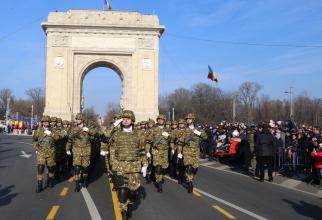 Armata României, defilând pe sub Arcul de Triumf în București, cu ocazia Zilei Naționale, 1 Decembrie