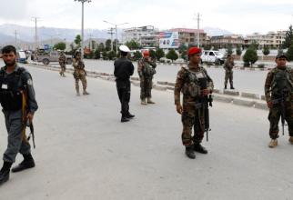 Soldații afgani stau de gardă la locul exploziei din orasul Kabul, Afganistan, 30 mai 2019.