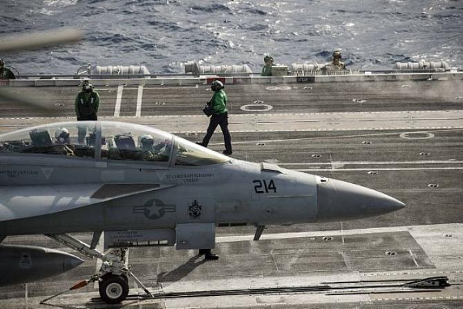 Un avion F/A-18F, pregătintu-se să decoleze de pe portavionul american USS Abraham Lincoln Sursă foto: US Navy