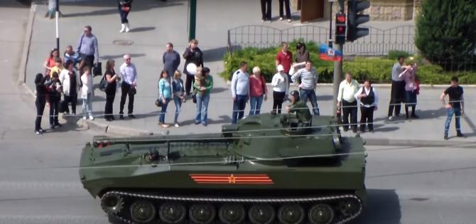 Captură foto din 9 mai 2016: Paradă militară în cadrul căreia separatiștii au desfășurat echipamente rusești în Lugansk, Ucraina