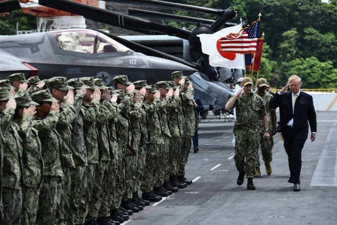 Preşedintele SUA, Donald Trump, i-a salutat marţi, în ultima zi a vizitei sale în Japonia, pe cei peste 800 de soldaţi americani de la baza navală Yokosuka, de lângă Tokyo.