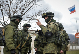 Soldaţi ruşi îmbrăcaţi în uniforme fără însemne care au apărut pentru prima oară în timpul anexării peninsulei ucrainene Crimeea în 2014