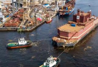 Akademik Lomonossov, o barjă de 21.000 de tone fără motoare proprii, va fi tractată de mai multe nave de-a lungul Oceanului Arctic