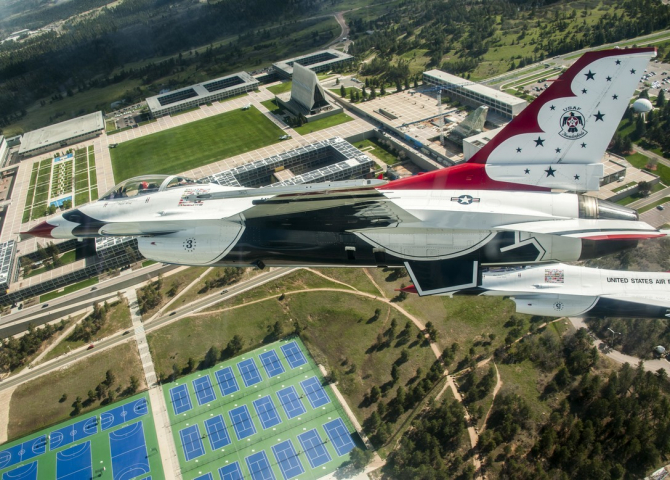 "Avion F-16 al ""Thunderbirds"" Sursă foto: US Air Force"