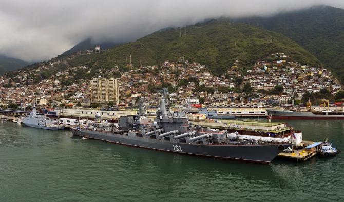 """crucişător purtător de rachete """"Moskva"""" este observat în portul venezuelean La Guaira, la aproximativ 19 mile nord de Caracas, la 27 august 2013."""