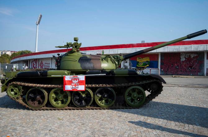 Tanc T-55 în fața stadionului Stelei Roșii din Belgrad, Serbia. Sursă foto: Facebook Steaua Roșie Belgrad