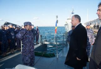 """Mircea Geoană, în vizită la bordul dragorului maritim """"Lt. Lupu Dinescu"""" Sursă foto: MApN"""