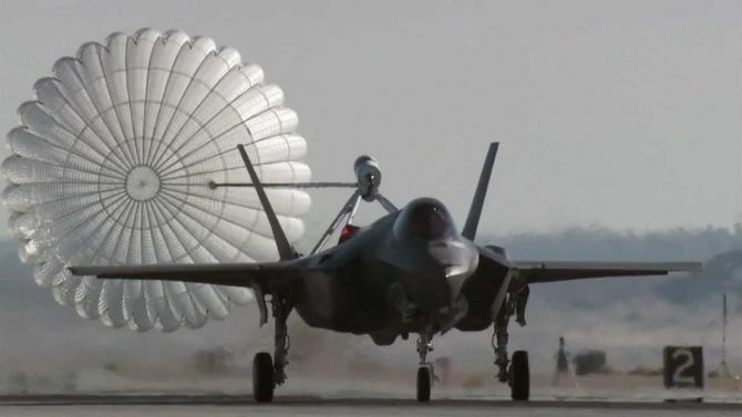 Aterizarea unui avion F-35 cu ajutorul sistemului de parașută de frânare