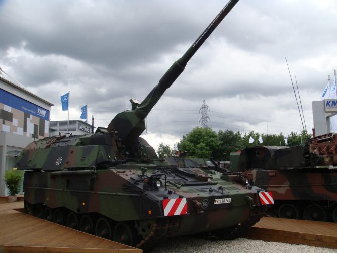 PanzerHaubitze 2000 (calibru 155 mm) produse de grupul industrial german Krauss-Maffei Wegmann (KMW)