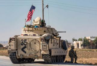 Foto: Un Bradley american împreună cu trupe ale US Army în Siria