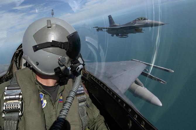 2. -imagine fara descriere- (f_16_pilot_18962000.jpg)