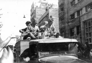 Soldați sovietici pe străzile Bucureștiului, în 1944, sursă foto: Ambasada Rusiei în România, pagina de Facebook