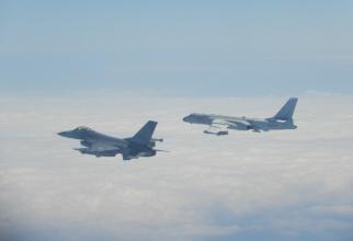 Un F-16 al Taiwanului, zburând în apropierea bombardierului Xian H-6 al Chinei, deasupra insulei. Sursă foto: Ministerul Apărării din Taiwan