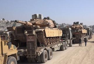 Un convoi militar turc care intră în orașul Sarmada, în provincia de nord-vest a Siriei, Idlib