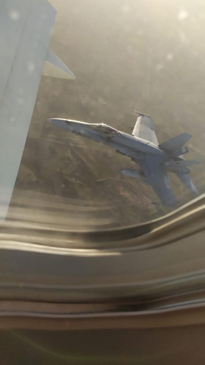 Un F-18, inspectând avionul de linie înainte de aterizarea de urgență. Sursă foto: Cont Twitter Jehad Naji