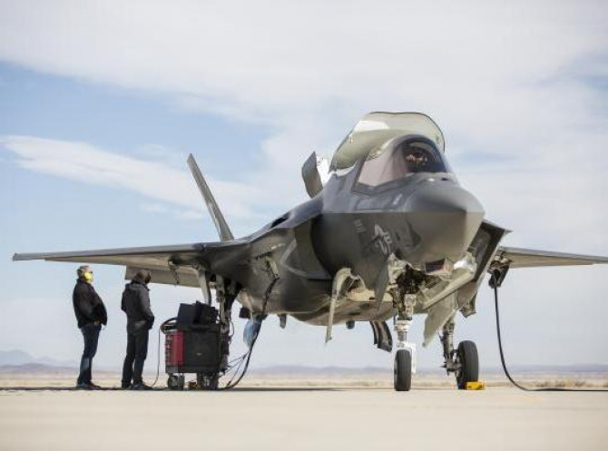 Un avion F-35B sub comanda US Army, în timpul procesului de mentenanță. Sursă foto: www.f35.com