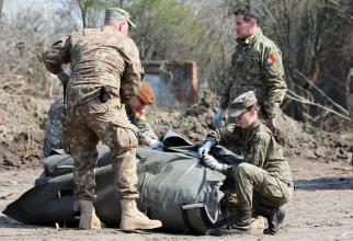 Armata română, în timpul ridicării spitalului militar mobil de la Ana Aslan, sursă foto: Facebook MApN