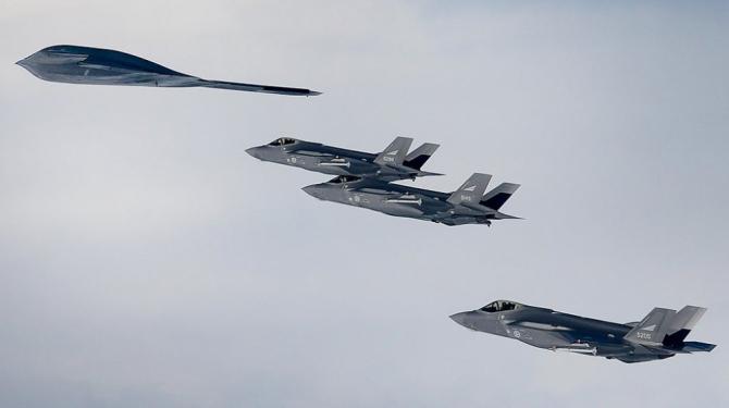 Trei avioane F-35 norvegieni care zboară împreună cu bombardierul strategic B-2