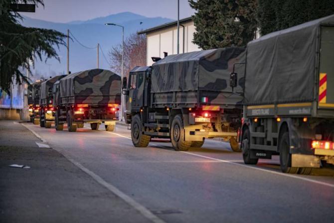 Camioane ale Armatei italiene care transportă sicriele cu morții răpuși de COVID-19 la Bergamo