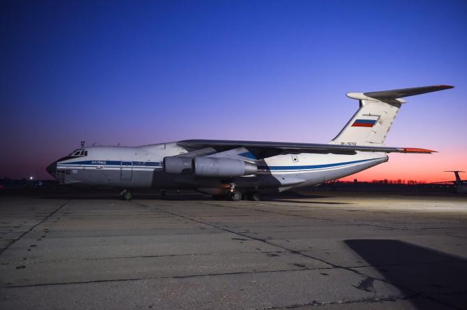 Imagini cu un avion rus care a transportat ajutor medical Italiei, în contextul pandemiei de COVID-19, sursă foto: TV Zvezda, publicația Ministerului Apărării de la Moscova