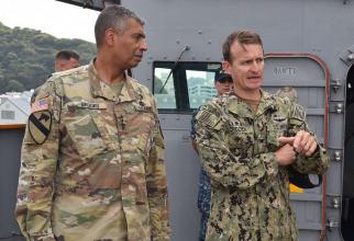 Căpitanul portavionului american nuclear USS Theodore Roosevelt, Brett Crozier - dreapta