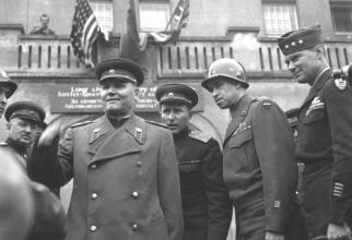 Mareșalul sovietic Ivan Koev și generalul american Omar Bradley, sursă foto: albumwar2.com