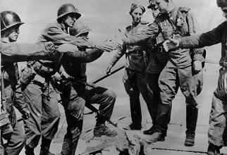 Întâlnirea trupelor US Army cu cele ale Armatei Roșie pe 25 aprilie 1945  pe un pod peste râul Elba din Germania. Sursă foto: Stripes.com