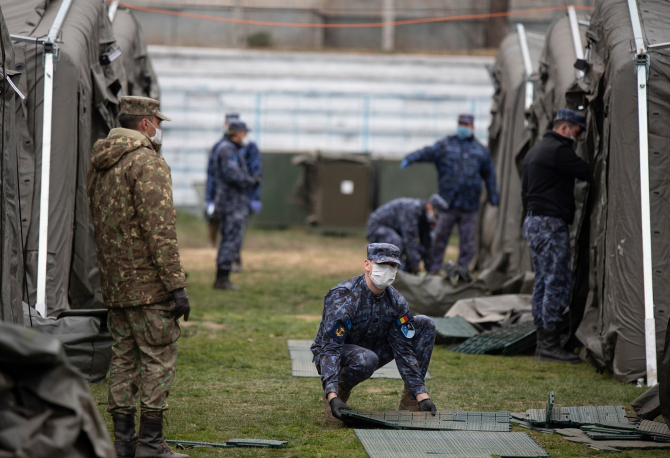 Militarii Armatei române, în timpul ridicării spitalului de campanie din Constanța. Sursă foto: Facebook Nicolae Ciucă